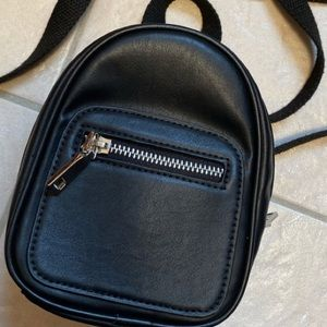 urban outfitters black side bag